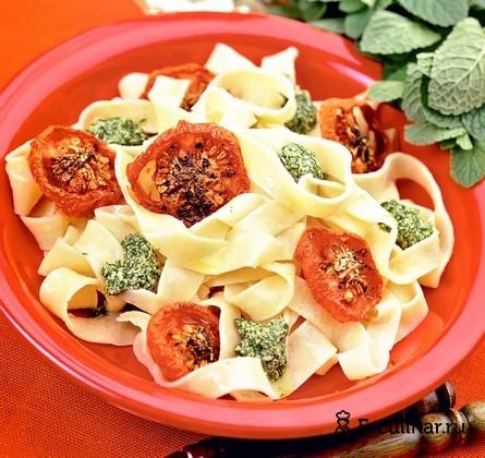 Готовое блюдо Домашняя лапша с соусом из свежей зелени и печёными томатами