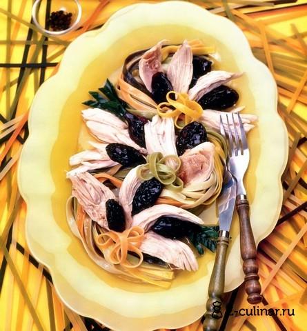 Готовое блюдо Курица с черносливом и разноцветной лапшой