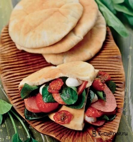 Готовое блюдо Пита с начинкой из овощей и салями
