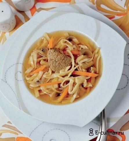 Готовое блюдо Суп из грибов, говядины и домашней лапши