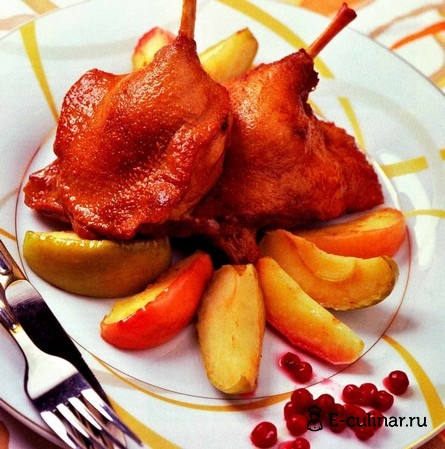 Готовое блюдо Утка, маринованная в пиве, с гарниром из яблок