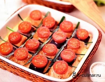 Готовое блюдо Семга, запеченная с помидорами и жареными овощами