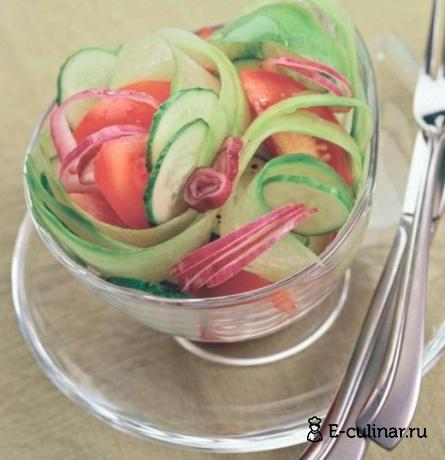Готовое блюдо Салат из редьки с помидорами и огурцами