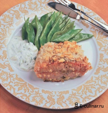 Готовое блюдо Лосось в хлебной корочке с огуречным соусом