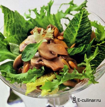 Готовое блюдо Зеленый салат с тыквенными семечками