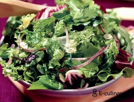 Готовое блюдо Зеленый салат с малиновым соусом