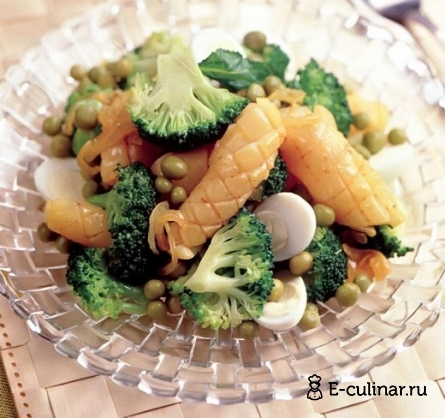 Готовое блюдо Салат с брокколи и кальмарами