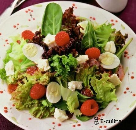 Готовое блюдо Зеленый салат с перепелиными яйцами и малиной