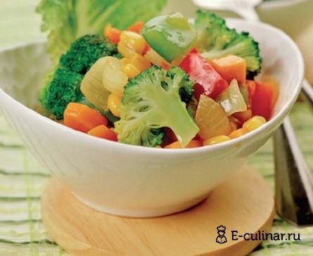 Готовое блюдо Горячий салат из моркови, кукурузы и перца