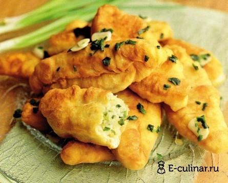 Готовое блюдо Жареные пирожки с картофелем и зеленым луком