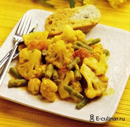 Готовое блюдо Карри с помидорами и цветной капустой