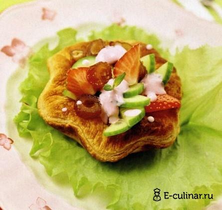 Готовое блюдо Салат из клубники с огурцом