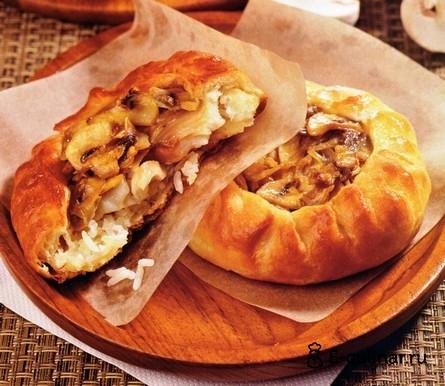 Готовое блюдо Слоеные пирожки с рыбой, грибами и рисом
